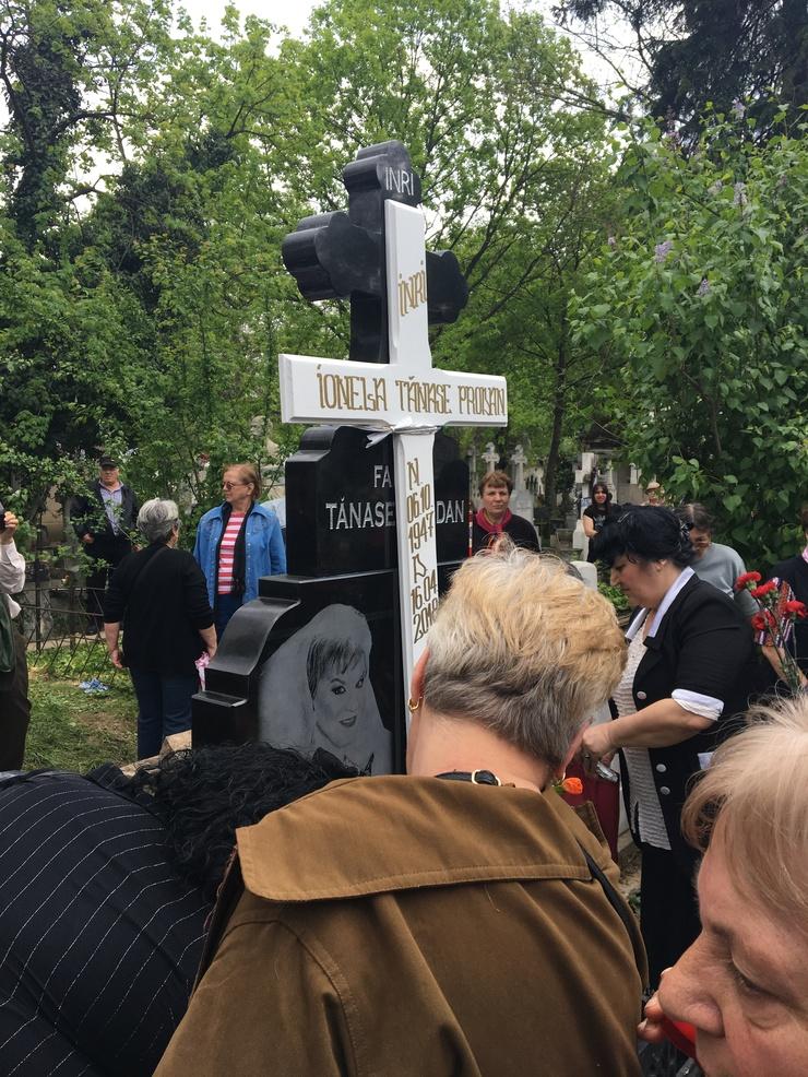 Mormantul regretatei Ionela Prodan  a costat 15.000 de euro. Locul de veci este din granit.