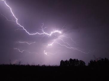 Stiati ca fulgerele ne pot imbolnavi? Departe de spectacolul pe cer pe care ni-l ofera, descarcarile electrice ne afecteaza sanatatea
