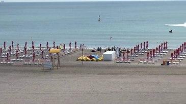 Aceeasi statiune, aceeasi plaja, doua lumi diferite. Este vorba despre Mamaia