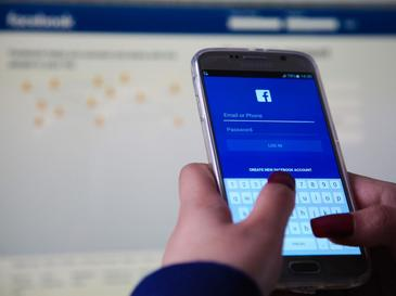 Facebook e pe cale sa stearga un album foto de pe profilul tau pentru a-si promova o noua aplicatie