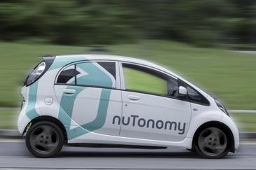 O masina fara sofer s-a ciocnit cu un camion! La bord se aflau doi ingineri care testau tehnologia automobilelor autonome!