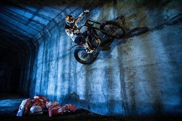 Motociclistul Julien Dupont a facut un moto-trial pe Magistrala 4 de metrou din Bucuresti. Imaginile care iti taie respiratia