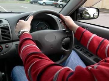 Proiect de lege: Soferii care conduc masini cu volanul pe partea dreapta, obligati sa faca cursuri suplimentare