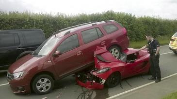 Accident spectaculos si ciudat in Marea Britanie. Un Lotus Elise nou-nout, distrus dupa un impact cu o Dacia Logan
