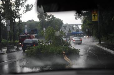 Cum procedam daca ne prinde furtuna in masina! Informatiile care v-ar putea salva viata