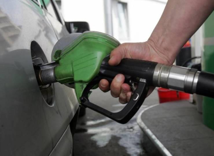 Cum se fura de la pompele din Romania cand angajatul benzinariei se ofera sa il ajute pe sofer