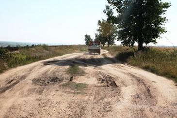 Romania are drumuri ca in Evul Mediu. Mai mult de o treime din reteaua de drumuri publice sunt pietruite si de pamant