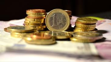 Euro revine la 4,55 lei, nou nivel minim al ultimei luni