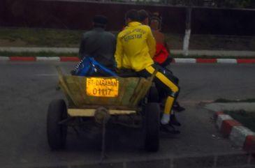 Imagini epocale la un meci de fotbal din Romania! Jucatorii au plecat cu caruta de la stadion