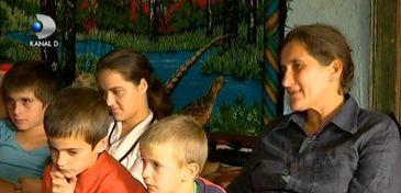 """O mama cu 10 copii din Vrancea este terorizata de sotul aflat in spatele gratiilor: """"A zis ca imediat dupa ce iese din inchisoare pe mine ma omoara prima"""""""
