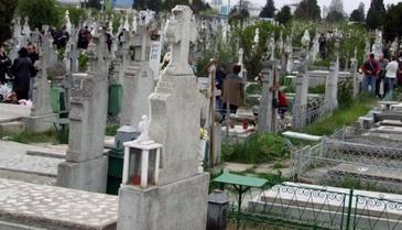 A fost la cimitir, sa viziteze mormantul bebelusului ei, nascut prematur. Cand a ajuns la el, a lesinat pe loc. Ce era acolo
