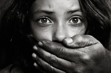 A batut-o cu biciul, apoi a violat-o. O fata de 15 ani din Vaslui a fost batjocorita de propriul tata