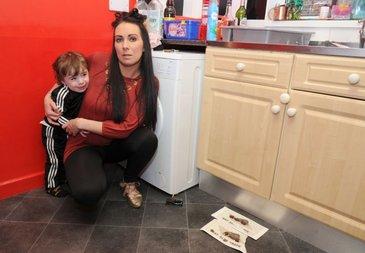 Ce se afla in casa acestei femei este infiorator. Cei trei copii sunt terifiati si nu au mai mancat de 2 zile