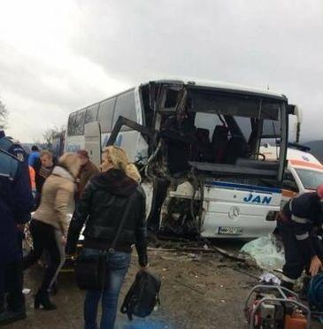 Plan rosu de intreventie in Maramures. 17 persoane au fost transportate la spital, dupa ce un autobuz si un autocamion s-au ciocnit