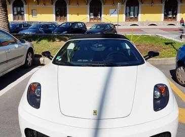 Un barbat care conducea un bolid de 300.000 de dolari a ajuns sa cerseasca bani de benzina. Ce au descoperit politistii