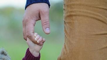 Un barbat din Bacau, retinut dupa ce si-a batut copilul de cinci ani cu bestialitate