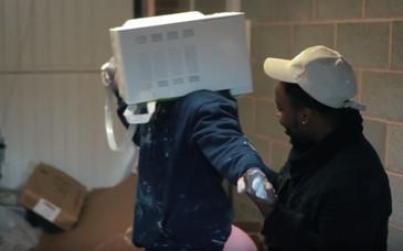 Un youtuber popular din Marea Britanie si-a cimentat capul intr-un cuptor cu microune. Salvatorii au reusit, cu greu, sa-l salveze