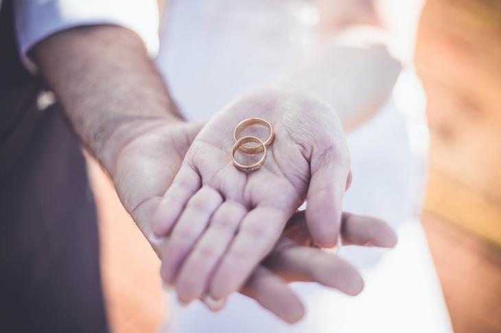 Disperat sa-si intemeieze o familie, un barbat din Navodari s-a casatorit de 3 ori, in 3 decenii. Nu a divortat de niciuna din femei