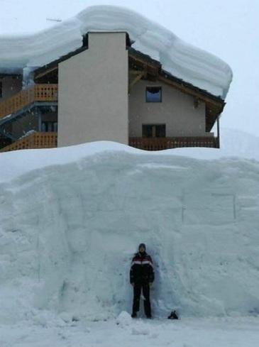 Localitatea unde a nins cat pentru un an! Zapada depaseste lejer cinci metri