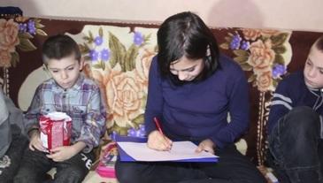 Povestea sfasietoare a fetitei care vinde desene pentru a-si creste fratii. De cand tatal i-a parasit, micutii adorm cu burtile goale, in frig