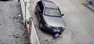 Inregistrare socanta! Un barbat isi calca nepotul cu masina - Ce se intampla imediat dupa asta este de-a dreptul cutremurator