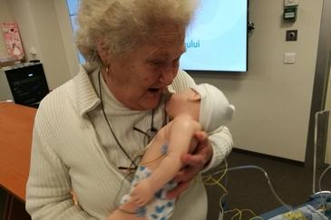 Povestea impresionanta a unei batrane din Bucuresti! Are 73 de ani, 5 copii, 10 nepoti si vine la un spital sa ingrijeasca bebelusii abandonati