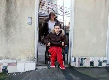Stefan, baiatul cu dizabilitati, a invins sistemul! Dupa doi ani, se bucura de toate conditiile pentru a invata carte!