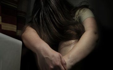 Fetita de 10 ani, abuzata sexual la cinematograf, sub ochii mamei sale! Camerele de supraveghere au surprins imagini terifiante