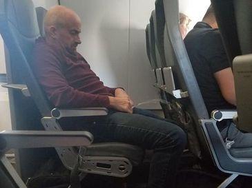 A agresat sexual doua pasagere, iar ce a facut apoi este de-a dreptul dezgustator! Imagini de groaza surprinse la bordul unui avion