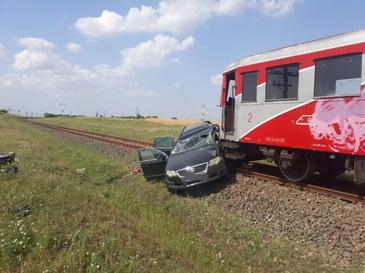 Accident cumplit in judetul Olt. O masina a fost facuta praf sub rotile unui tren! S-a lasat cu victime! Imagini TERIBILE de la fata locului