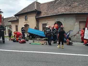 A intrat cu camionul plin cu lemne in zidul unei case. Accidentul din Sibiu a produs trei victime, dintre care doi barbati incarcerati