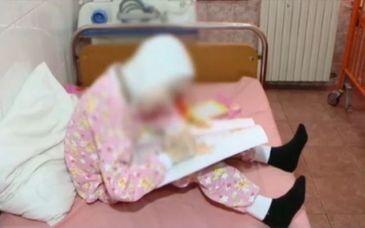 Adina a murit la 19 ani, cantarind doar 17 kg. Este revoltator cum s-a ajuns in asemeana situatie! Era hranita doar cu lapte de capra si apa cu zahar