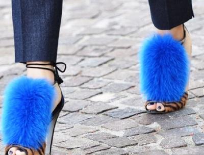 Ciudateniile, la moda! In 2017 se poarta sandalele cu blanita si pantofii din piele perforata