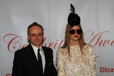 Mihai Albu isi promoveaza creatiile printr-un pictorial cu o femeie goala