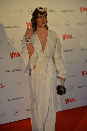 """Iulia Albu isi explica tinuta purtata la Gala Viva. Jurata de la Bravo, ai stil!"""" a purtat diamante, iar pe cap un accesoriu cu semilunar: """"Domnita face foarte bine, este toata o spuma astazi. Sunt imbracata in alb, nu in Albu!"""""""