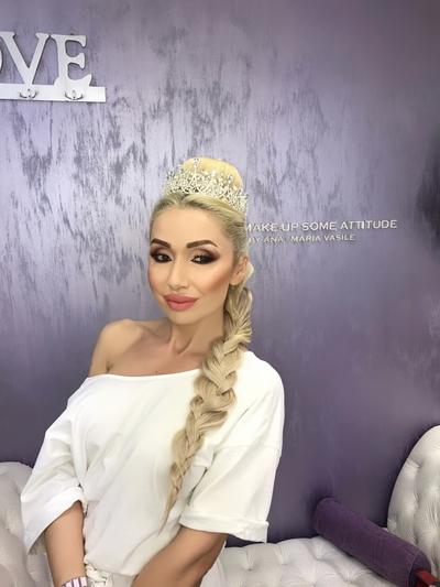 Sonia Trifan a purtat la nunta ei o rochie de mireasa din dantela frantuzeasca cu aplicatii 3D, realizata manual! S-a lucrat doua saptamani la ea