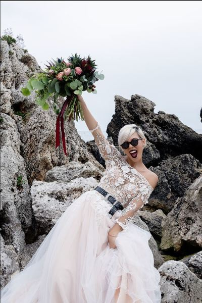 Sore a fost ceruta in casatorie de iubitul avocat. Artista a imbracat deja rochia de mireasa. Este superba in vesmantul alb nonconformist. FOTO EXCLUSIV!