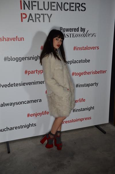 Irina Rimes poarta haina de blana direct pe piele! Artista o copiaza pe Iulia Albu? Iata ce outfit surprinzator a adoptat pentru o iesire in club