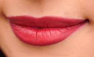 """Solutii """"babesti"""" pentru vindecarea buzelor crapate. Sigur ai nevoie de ele in sezonul rece"""
