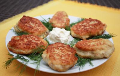 Reteta de post: chiftelute din cartofi si varza acra, cu sos de ceapa!