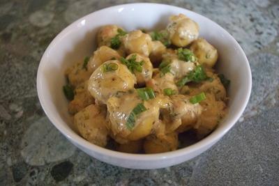 Aperitiv delicios: cartofi fierti cu crema de telemea de vaca!