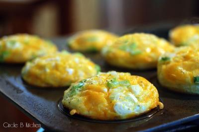 Reteta perfecta pentru micul dejun: omleta la cuptor cu dovlecei si telemea