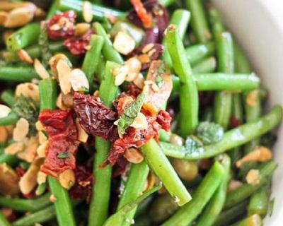Reteta rapida si sanatoasa: Salata pentru slabit cu fasole verde susan si rosii cherry