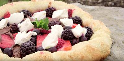 Pizza cu ciocolata si fructe de padure! Nu ai mai mancat asa ceva!