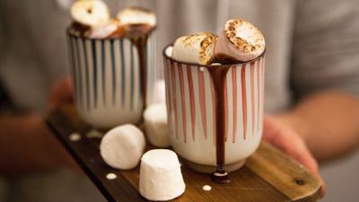 Cea mai gustoasa reteta de ciocolata calda cu bezele! Nu ai mancat niciodata ceva atat de gustos!
