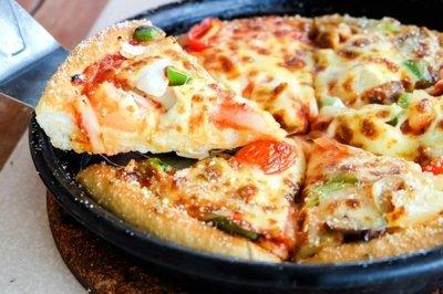 Pizza la tigaie - O reteta delicioasa cu cei ai prin frigider