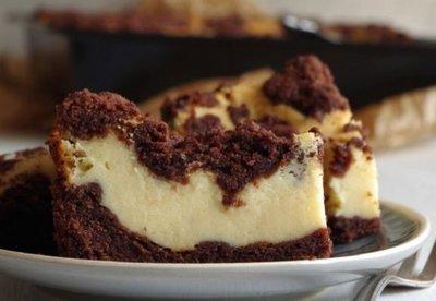 Prajitura care face furori pe internet - Cu aluat de ciocolata si crema de branza