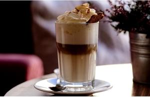 Reţetă sănătoasă şi cremoasă de ciocolată caldă de casă. Tu cum o pregăteşti?