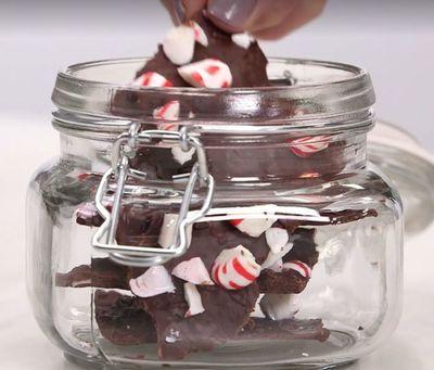 Ciocolata neagra cu menta si acadea de Craciun - Perfecta pentru a fi facuta cadou