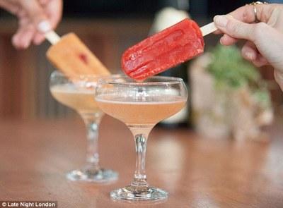Acesta este cel mai nou cocktail! Se face cu Prosecco si inghetata pe bat!